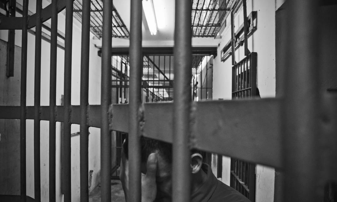 """Série de reportagens """"Loucura atrás das grades"""", de 2013. Na foto, presos na Casa de Detenção de São Luís (CADET). Foto: André Coelho / Agência O Globo"""