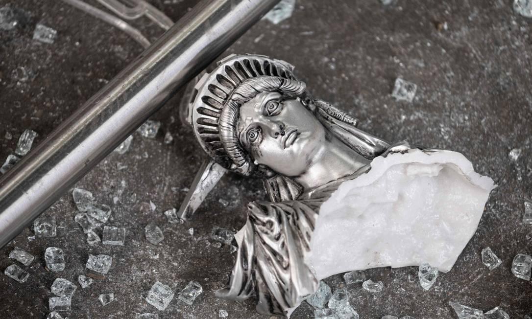 Uma reprodução da Estátua da Liberdade partida em Nova Yor, após os protestos pela morte de George Floyd Foto: JOHANNES EISELE / AFP