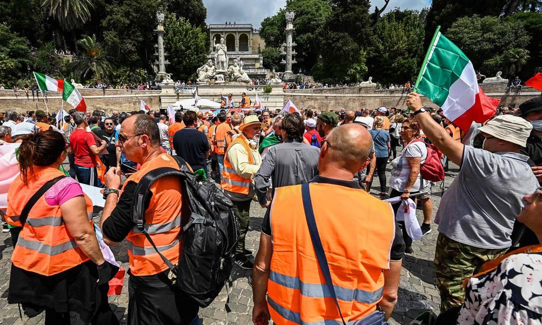 Grupo ligado a partidos de direita e extrema direita participa de protesto em Roma Foto: VINCENZO PINTO / AFP