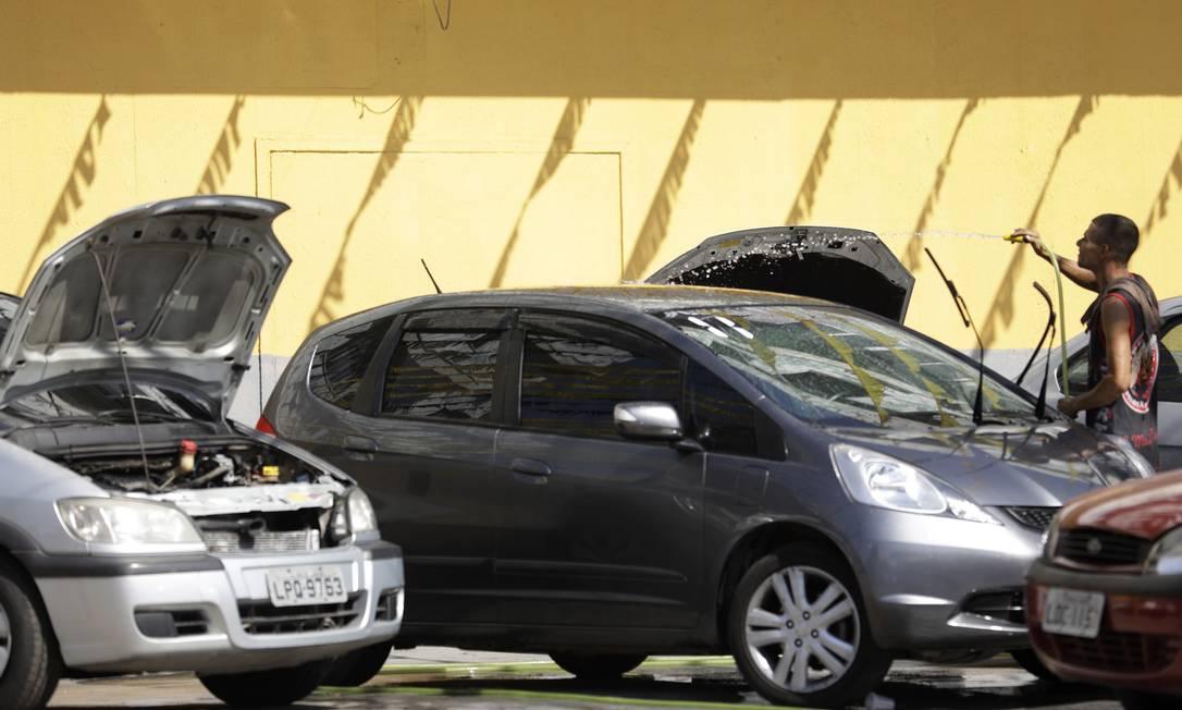 Concessionárias de veículo na Intendente Magalhães, em Campinho, Zona Oeste. Setor também foi beneficiado pelas novas medidas do goveno muncipal de flexibilização de medidas de combate ao novo coronavírus Foto: Luiza Moraes / Agência O Globo