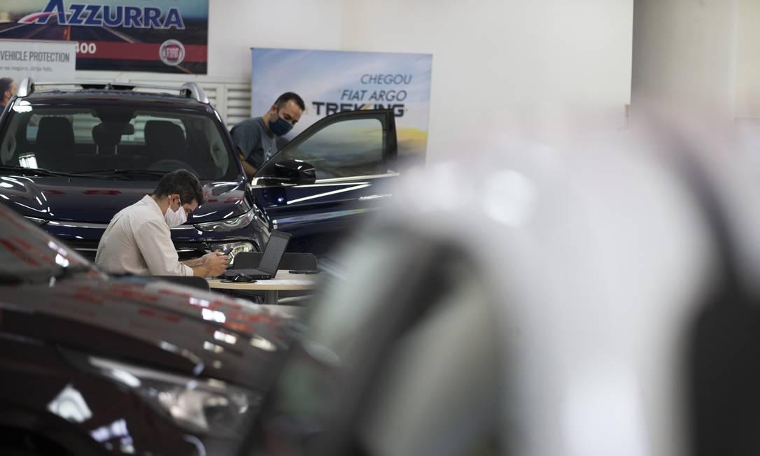 Funcionários de uma concessionária de automóveis em Botafogo trabalham no primeiro dia da primeira fase do decreto municipal de afrouxamento das medidas de isolamento social Foto: Márcia Foletto / Agência O Globo