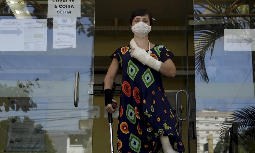 A médica Ticyana Azambuja na frente da delegacia onde prestou queixa Foto: Gabriel de Paiva / Agência O Globo