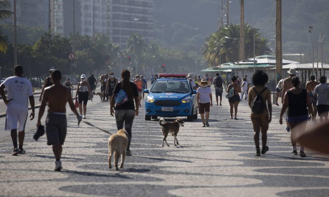 Movimentação de pessoas no calçadão do Leme foi intensa. Pelo decreto, caminhadas e atividades físicas individuais estão liberadas Foto: Márcia Foletto / Agência O Globo