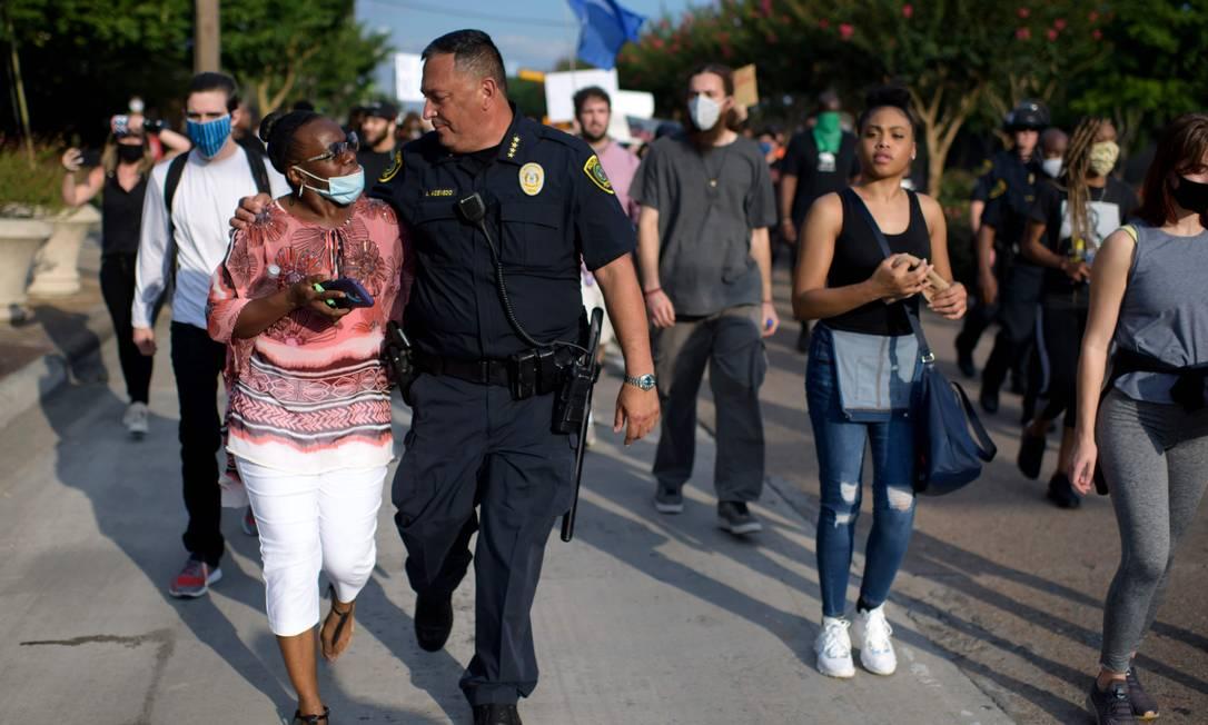 Art Acevedo caminha abraçado a uma mulher durante protesto contra a morte de George Floyd Foto: MARK FELIX / AFP
