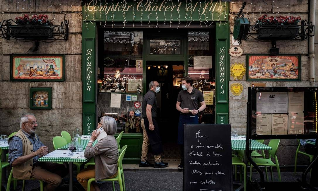Franceses retornam ao seus amados cafés após flexibilização das medidas de contenção do novo coronavírus no país Foto: JEFF PACHOUD / AFP
