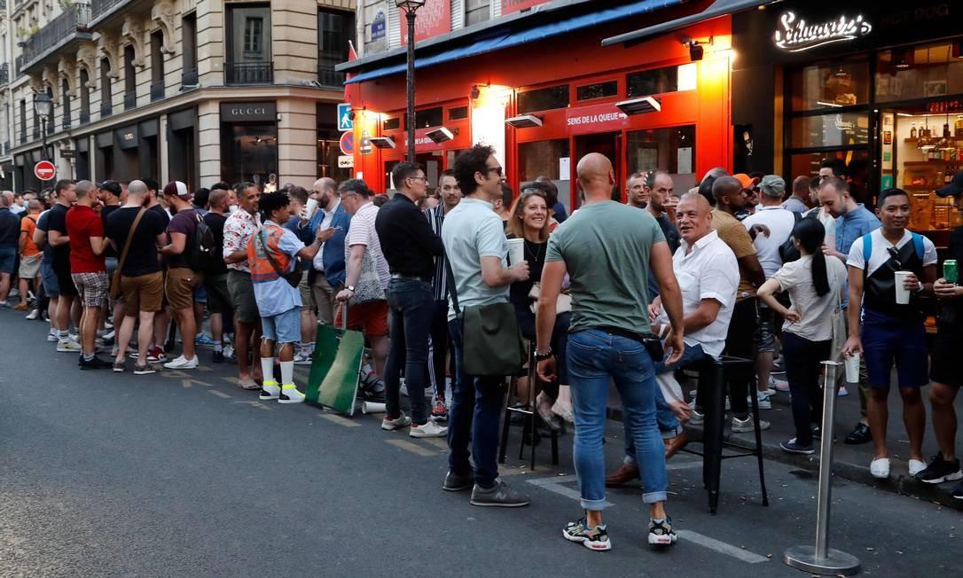 Pessoas reunidas em frente a bares na Rue des Archives, no 4º distriro de Paris Foto: FRANCOIS GUILLOT / AFP