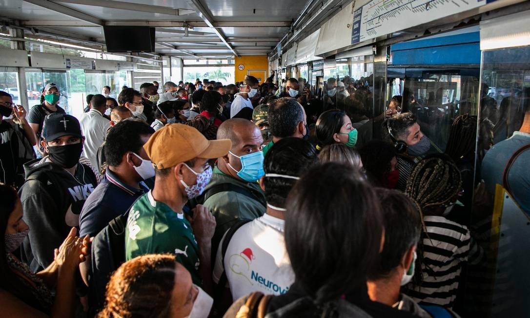 Reabertura do Rio teve BRT cheio Foto: Hermes de Paula / Agência O Globo