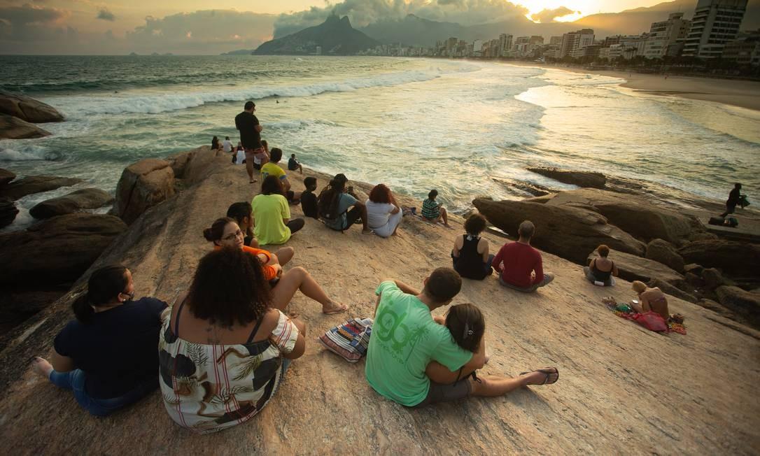 Pedra do Arpoador ficou lotada no primeiro dia de reabertura da cidade do Rio 02-06-2020 Foto: ROBERTO MOREYRA / Agência O Globo