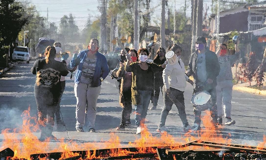Protestos nos bairros pobres de Santiago são recorrentes durante a pandemia Foto: Arquivo