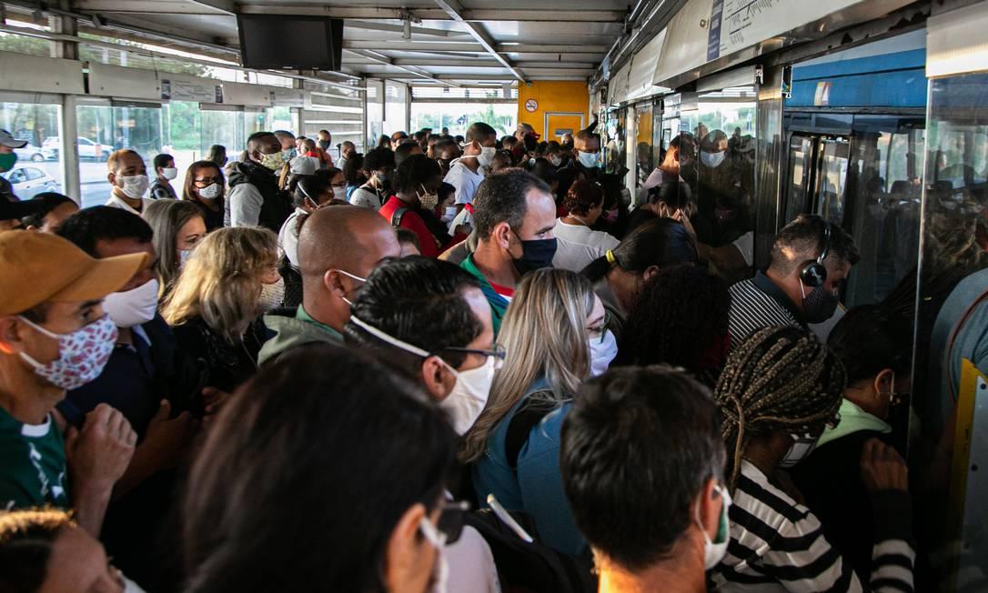 Pontos de aglomeração foram registrados no sistema BRT no primeiro dia da flebixilizaçãoo no Rio Foto: Hermes de Paula / Agencia O Glob / Agência O Globo