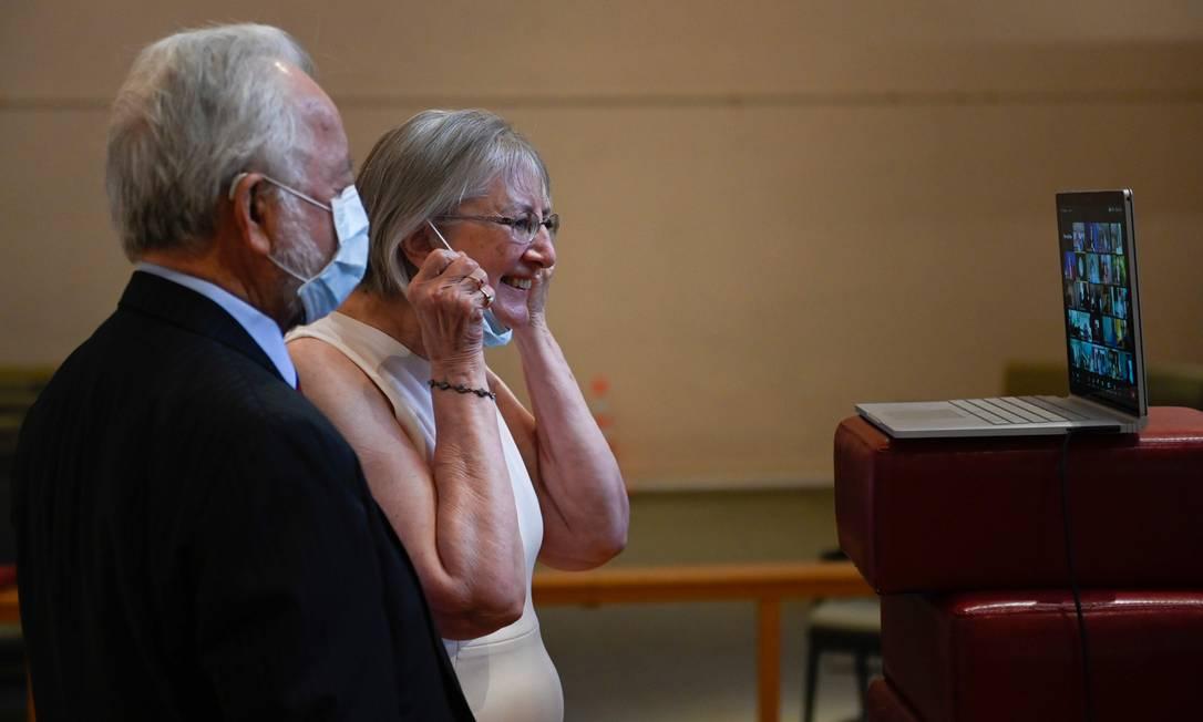 Casal fala com familiares através da plataforma Zoom Foto: Andrew Caballeros-Reynolds / AFP