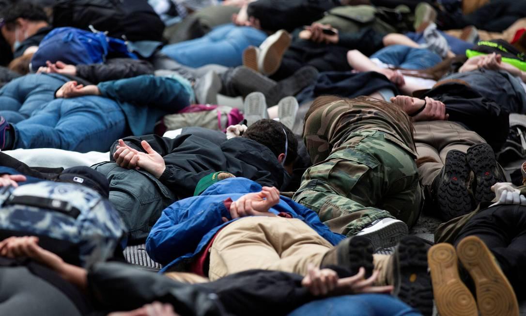 Manifestantes reproduzem, Seattle, Washington, a cena da tortura policial sofrida por George Floyd Foto: LINDSEY WASSON / REUTERS