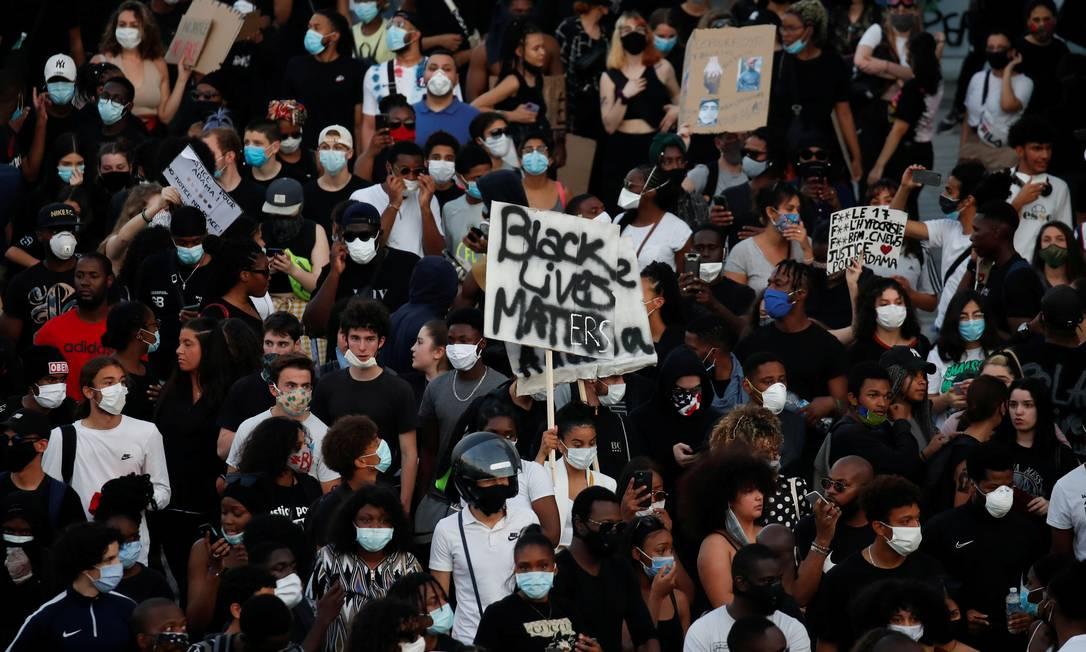 Em protesto contra violência policial nesta terça, em Paris, manifestantes, usando máscara de proteção, se aglomeraram para lembrar a recente morte de George Floyd e de Adama Traore, negro francês de 24 anos que também foi assassinado pela polícia em 2016 Foto: GONZALO FUENTES / REUTERS