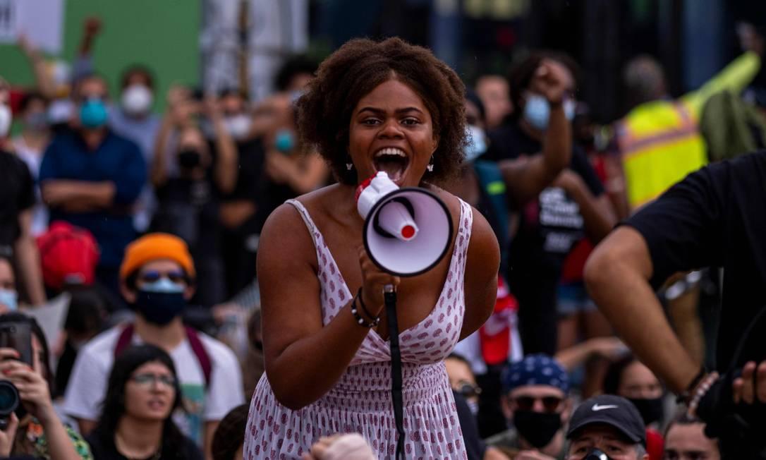 Manifestantes cantam slogans durante em resposta à morte de George Floyd, em Miami, Flórida Foto: RICARDO ARDUENGO / AFP