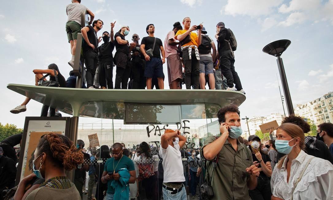 Protesto em frente ao tribunal de Paris contra a violência policial. Cerca de 20.000 pessoas desafiaram uma proibição em Paris, para protestar contra a morte de 2016 de um jovem negro sob custódia da polícia francesa Foto: MICHEL RUBINEL / AFP