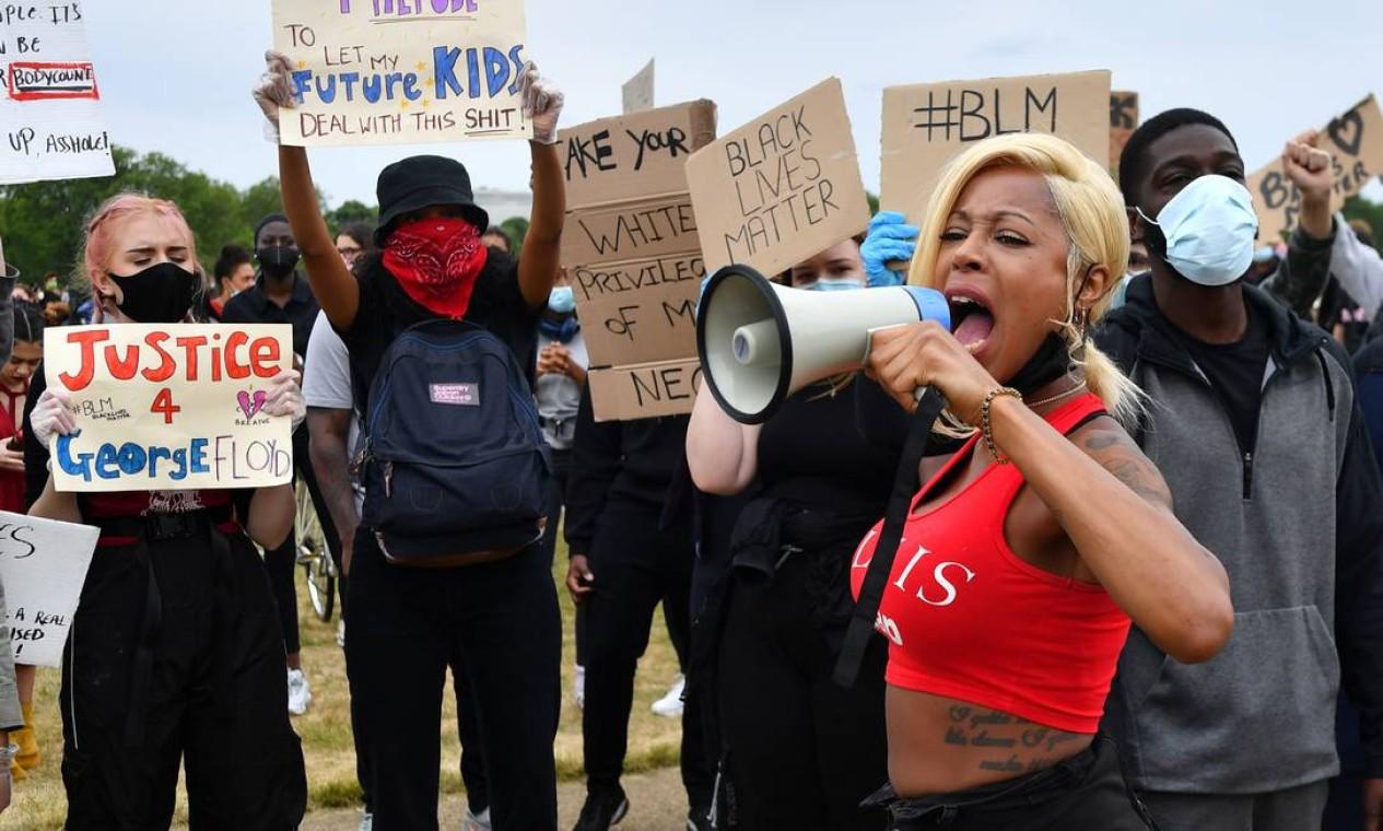 """Uma mulher grita em um megafone em Hyde Park durante um protesto """"Black Lives Matter"""" (vidas negras importam, em inglês) em Londres, Inglaterra Foto: DYLAN MARTINEZ / REUTERS"""