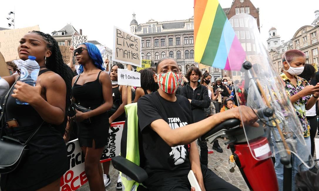 Bandeira arco-íris é vista em protesto contra o racismo em frente ao Palácio Real de Amsterdã, na capital da Holanda Foto: EVA PLEVIER / REUTERS