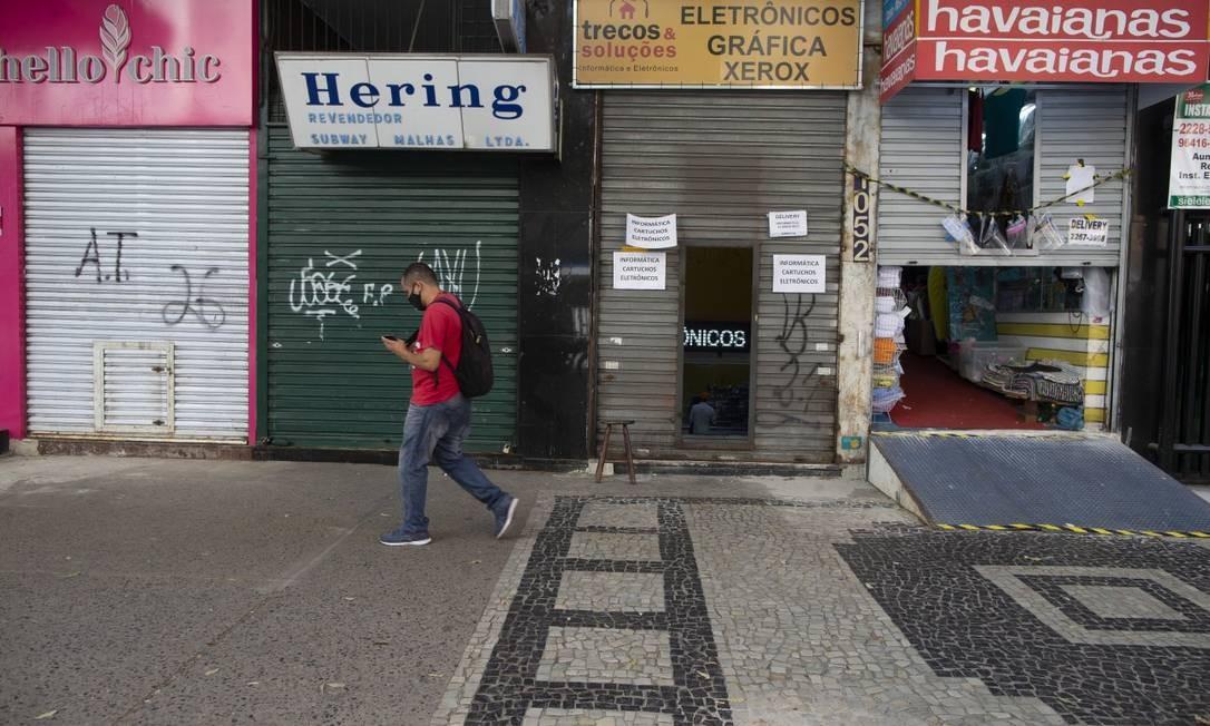 Lojas fechadas em Copacabana, na Zona Sul do Rio: medidas necessárias para conter vírus impactaram economia Foto: Márcia Foletto / Agência O Globo
