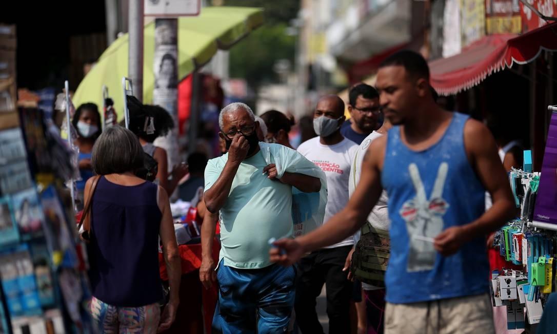 Movimentação intensa no Camelódromo da Taquara, nesta quarta-feira Foto: Luiza Moraes / Agência O Globo
