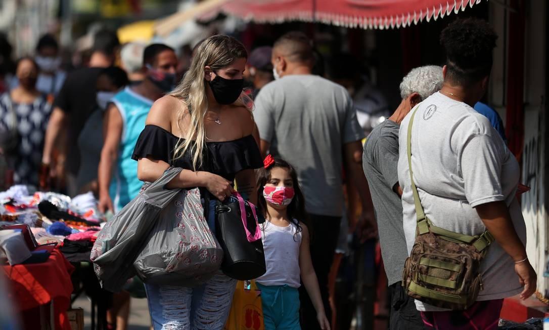 Mulher, usando máscara de proteção, faz compras no comércio de rua da Taquara, na Zona Oeste do Rio, nesta quarta-feira Foto: Luiza Moraes / Agência O Globo