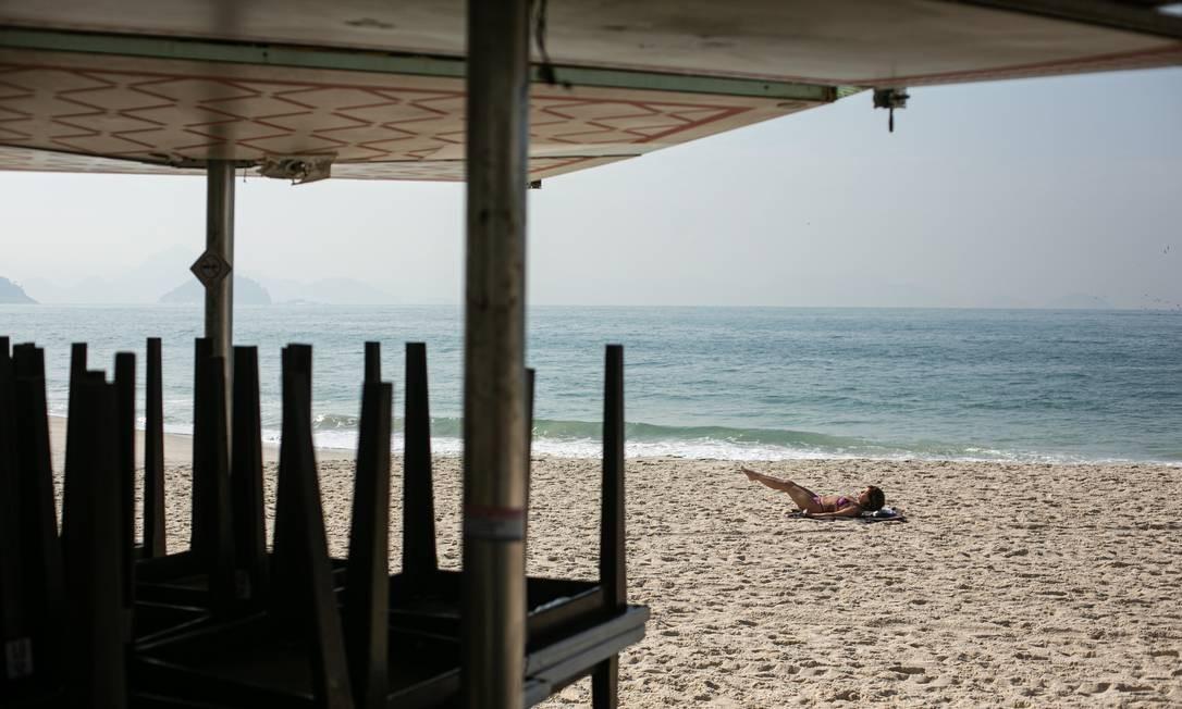 Atividades físicas individuais estão liberadas, mas no calçadão ou no mar Foto: Hermes de Paula / Agência O Globo