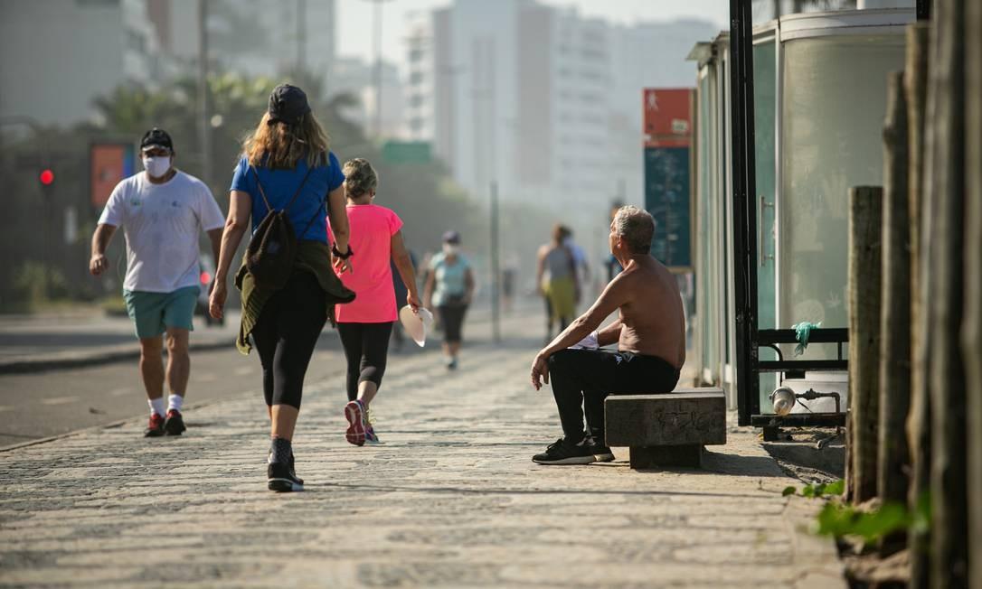 Movimentação no calçadão de Ipanema. Especialistas temem que afrouxamento das medidas provoque nova explosão de casos de Covid-19 no Rio Foto: Hermes de Paula / Agência O Globo