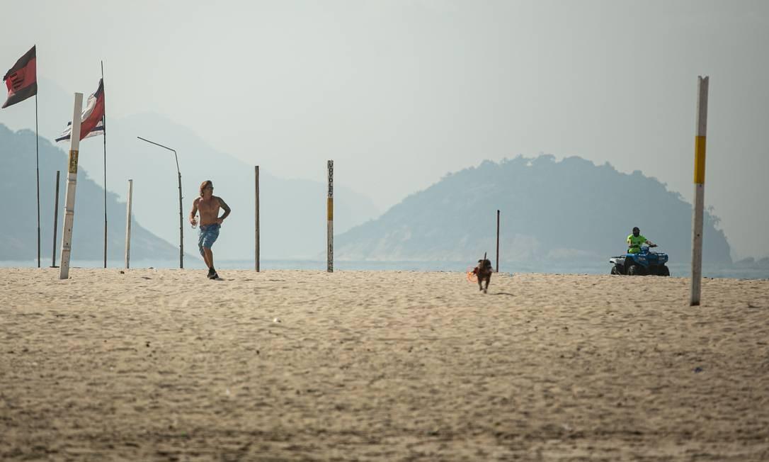 Policial monitora a areia de Copacabana, onde muitos frequentadores insistem em desrespeitar as regras de distanciamento social Foto: Hermes de Paula / Agência O Globo