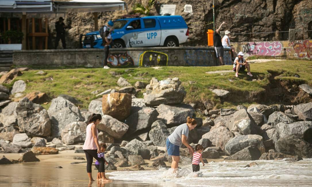 Permanência na areia ou mergulhos no mar continuam vetados nas praias do Rio, mas nem todo mundo obedece a regra Foto: Hermes de Paula / Agência O Globo