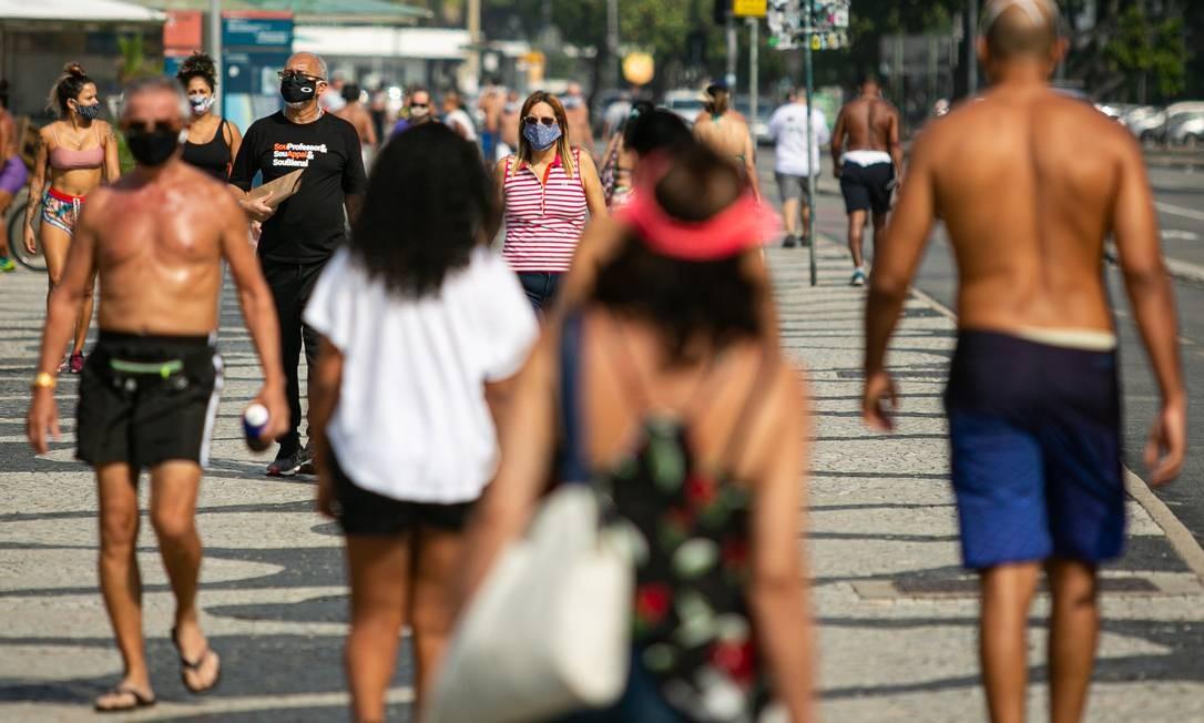 Praias liberadas no Rio: opinião de especialista é de que o relaxamento do isolamento social deveria aguardar mais cerca de duas semanas Foto: Hermes de Paula / Agência O Globo