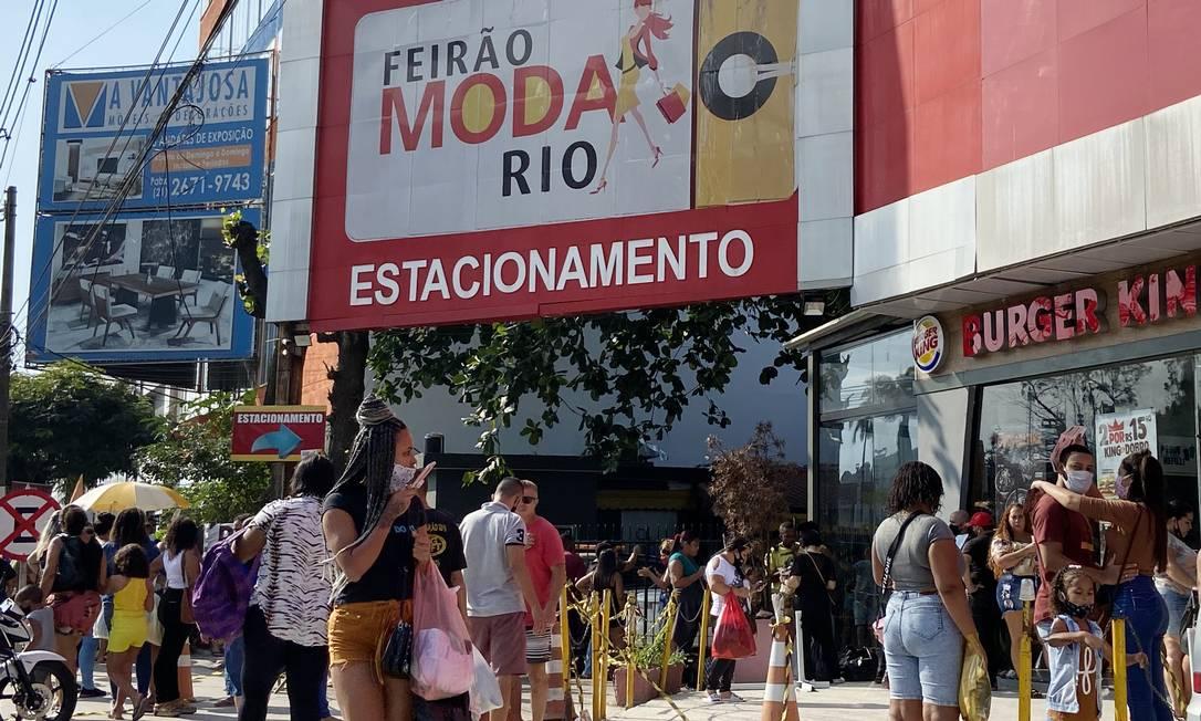 Feirão das Malhas gerou aglomeração de pessoas, em Duque de Caxias Foto: Cléber Júnior / Agência O Globo