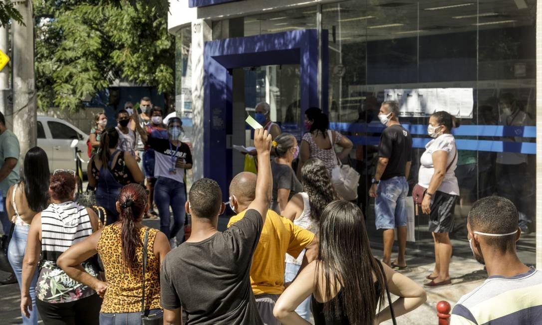 Fila em agência da Caixa Econômica em Campo Grande, na Zona Oeste do Rio, para sacar auxílio de R$ 600 Foto: Gabriel de Paiva / Agência O Globo