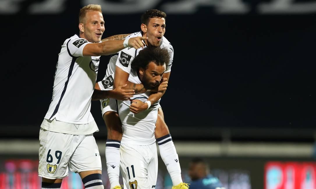 Jogadores do Famalicão comemoram gol na vitória sobre o Porto Foto: JOSE COELHO / AFP