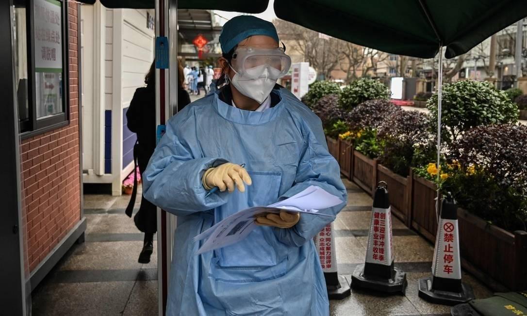 Uma médica usa uma roupa de proteção para atender os pacientes infectados pelo novo coronavírus Foto: HECTOR RETAMAL / AFP