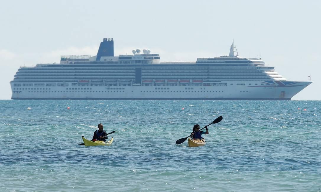 Navio de cruzeiro atracado em Weymouth, no litoral inglês Foto: Matthew Childs / Reuters