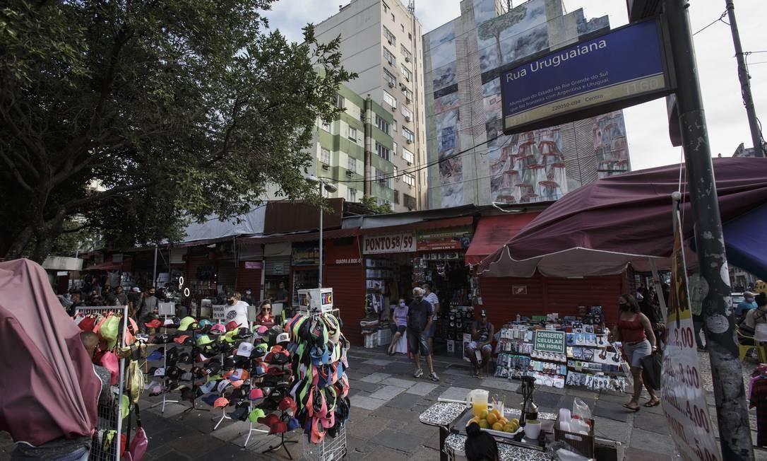 Camelódromo no Centro do Rio volta a funcionar na primeira fase do plano de flexibilização da prefeitura, enquanto muitas lojas continuam fechadas Foto: Alexandre Cassiano / Agência O Globo