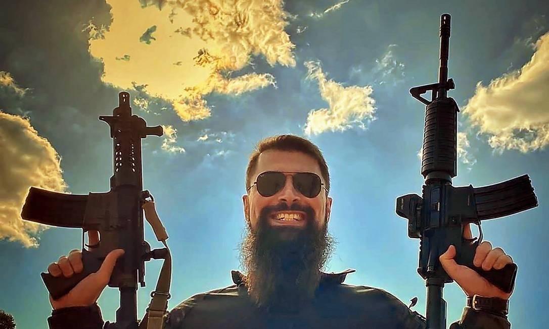 Além de delegado, Paulo é instrutor de tiro e faz sucesso na internet com vídeos e fotos de operações policiais em suas redes sociais Foto: Reprodução