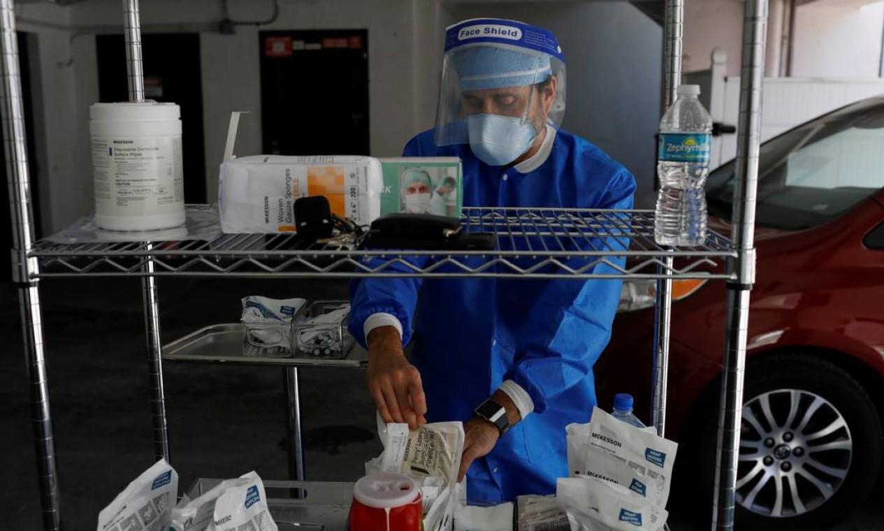 Michael Salzhauer se prepara para aplicar uma injeção na garagem de sua clínica, em Miami Foto: MARCO BELLO / REUTERS