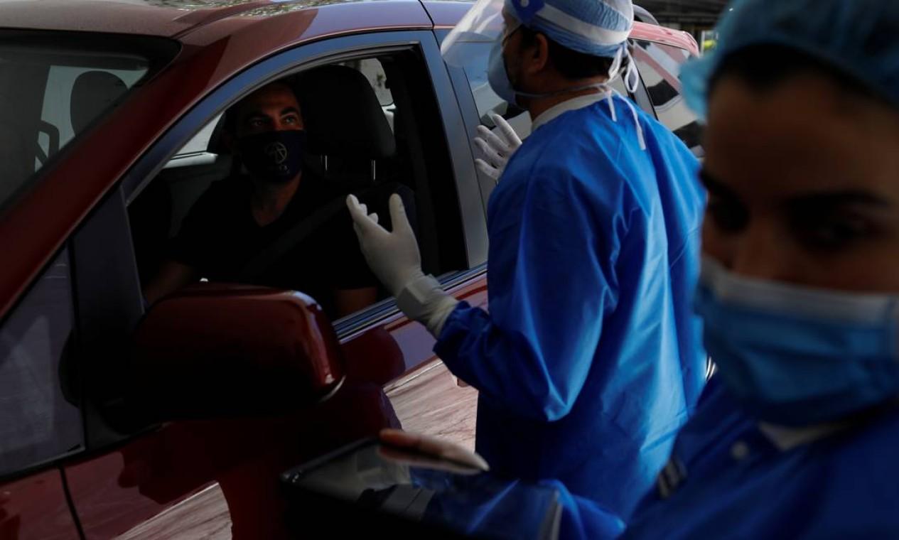 Michael Salzhauer, cirurgião plástico conhecido como Dr. Miami, conversa com um paciente enquanto conduz injeções de Botox na garagem de sua clínica Foto: MARCO BELLO / REUTERS
