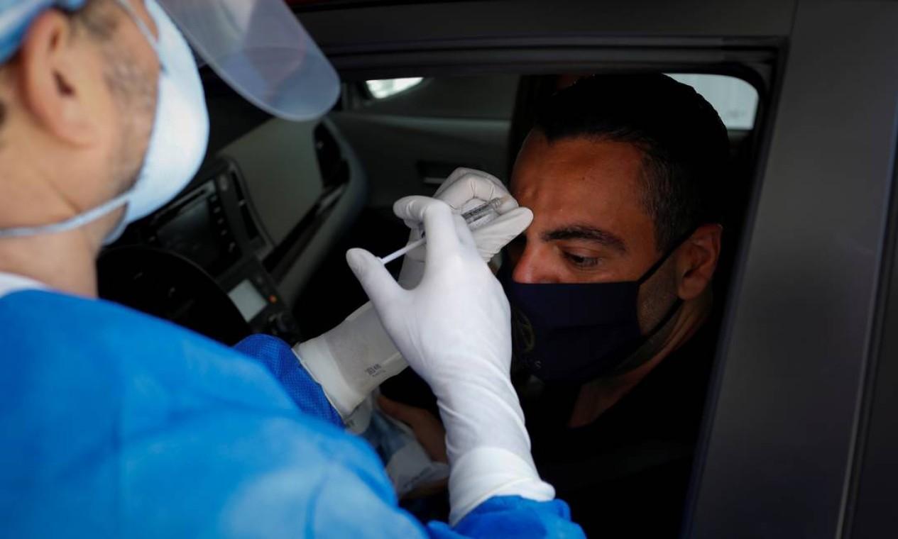 Michael Salzhauer aplica botox na testa de paciente, na garagem da sua clínica de cirurgia plástica, em Miami, Flórida, EUA Foto: MARCO BELLO / REUTERS