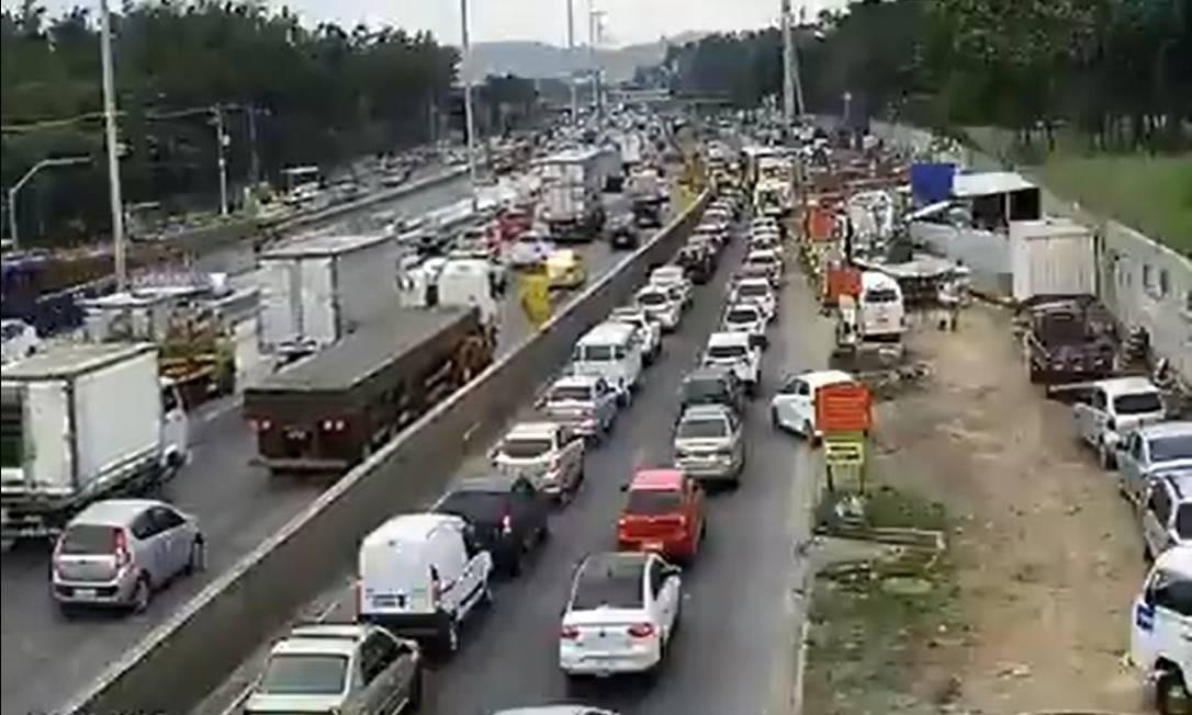 Trânsito com retenções na Avenida Brasil às 8h Foto: Reprodução/Centro de Operações