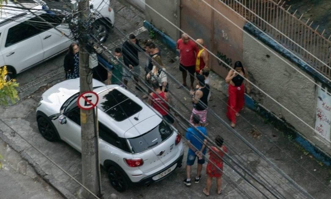 Na imagem, é possível ver ao menos três bombeiros. O PM, de bermuda jeans e casaco preto, também está na foto. Ticyana está caída ao lado do carro Foto: Reprodução