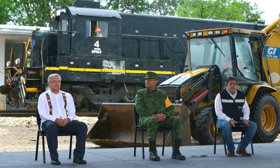 Apesar da epidemia, López Obrador (E) retomou viagens pelo país e na terça inaugurou a terceira fase da construção do Trem Maia, no estado de Yucatán Foto: Presidência do México / via REUTERS/2-6-2020