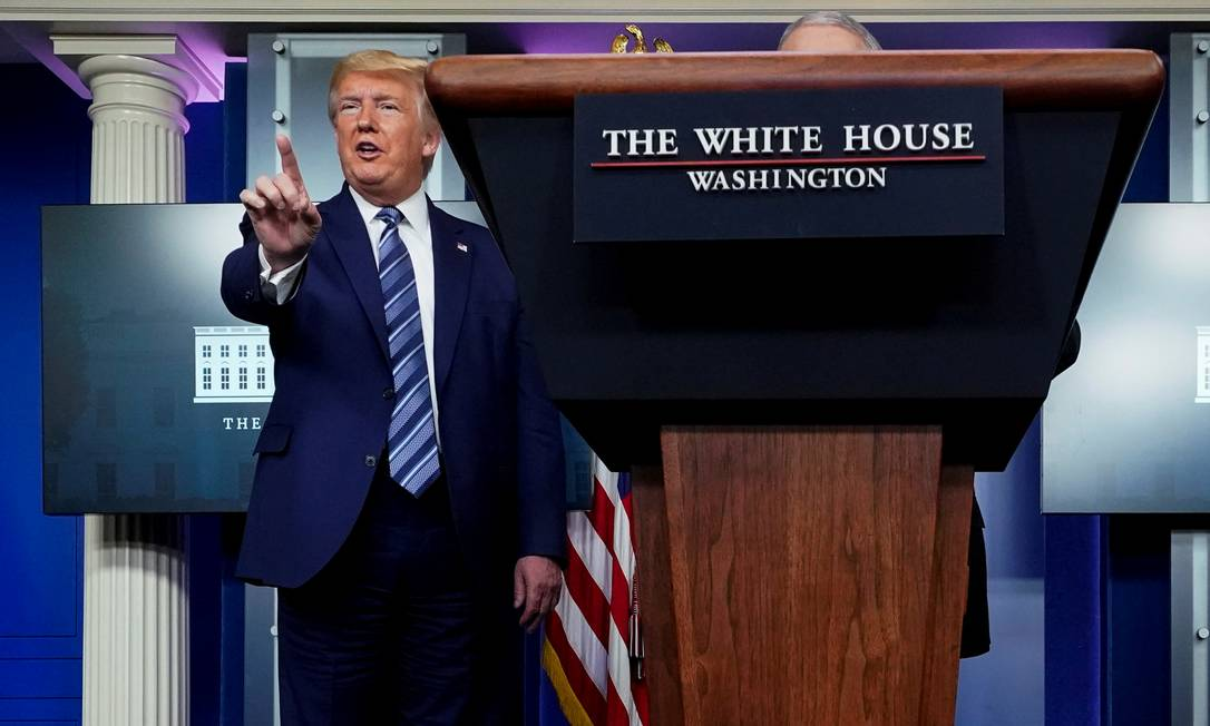 Donald Trump interrompe a pergunta de um repórter durante entrevista coletiva na Casa Branca, no dia 5 de abril Foto: Joshua Roberts / REUTERS