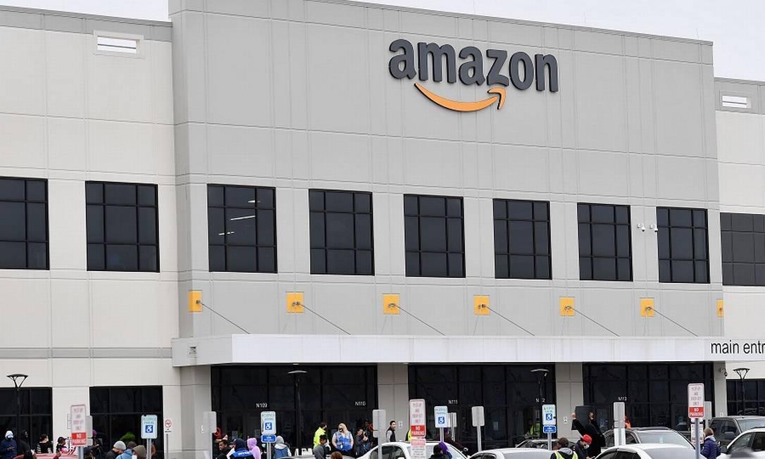 Armazém da Amazon: gigante tem operações tanto em mídia como na indústria aeroespacial Foto: ANGELA WEISS / AFP
