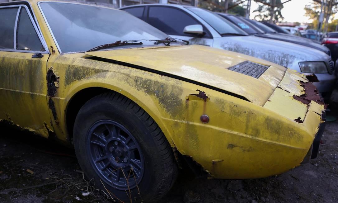 Única Ferrari Dino 208 GT4 no Brasil está abandonada em pátio da prefeitura de Santo de André Foto: Amanda Perobelli/Folhapress