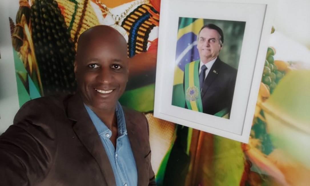 Sérgio Camargo posa ao lado de foto do presidente Jair Bolsonaro na Fundação Palmares Foto: Divulgação Governo Federal