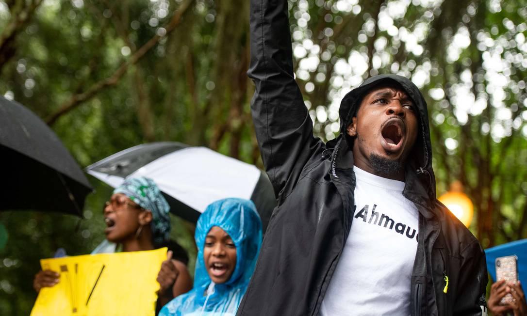 Manifestante protesta em frente ao tribunal do condado de Glynn pela morte de Ahmaud Arbery Foto: Sean Rayford / AFP/04-06-2020