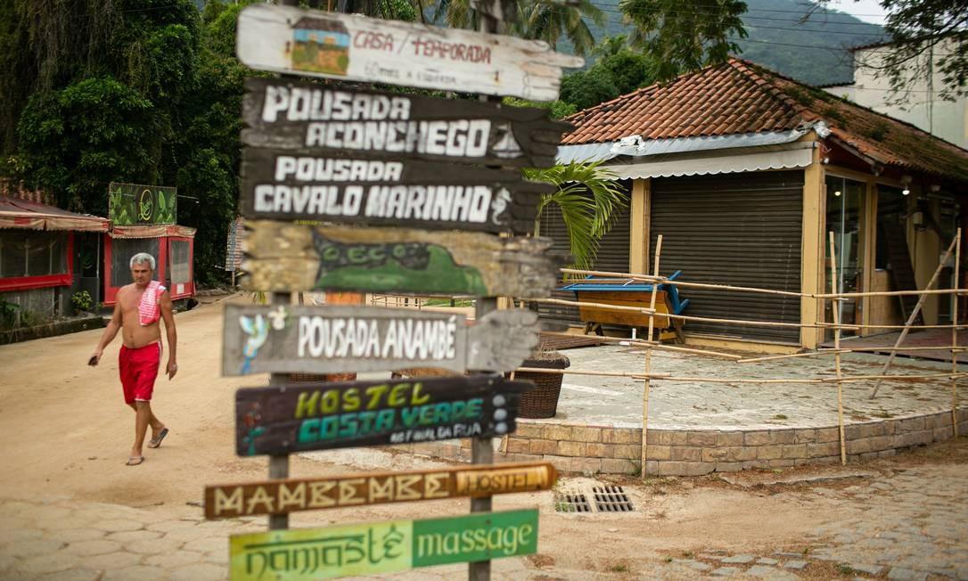 Pousadas e hostels estão fechados. O turismo é a principal atividade econômica local Foto: Hermes de Paula / Agência O Globo
