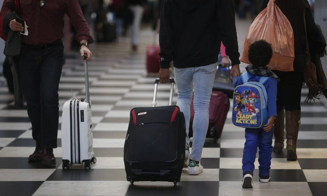 Criança embarcando no Aeroporto de Congonhas Foto: Marcos Alves/Agência O Globo