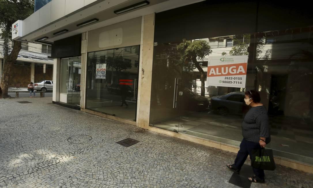 Aluga-se: mulher passa em frente a uma sequência de lojas fechadas em Icaraí Foto: Fabiano Rocha / Agência O Globo